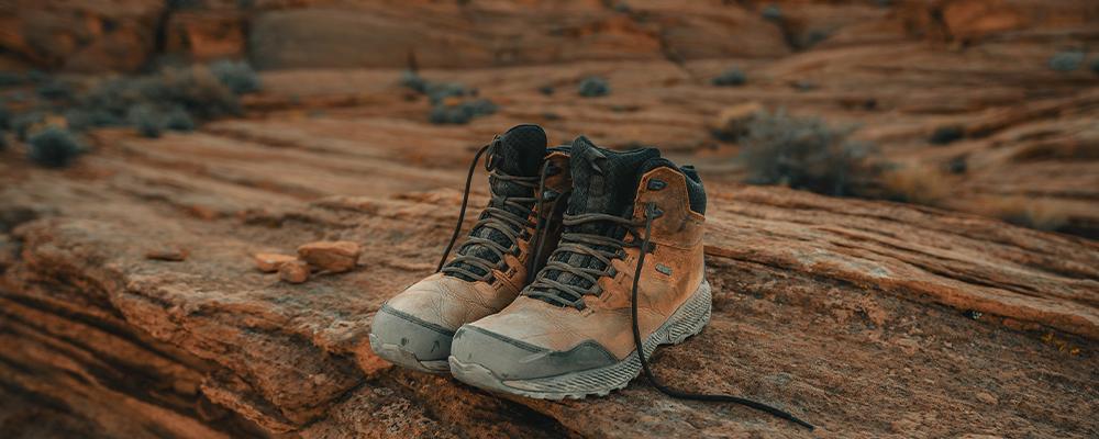 Vandrestøvler i syntetisk materiale eller lædervandrestøvler - få svaret her